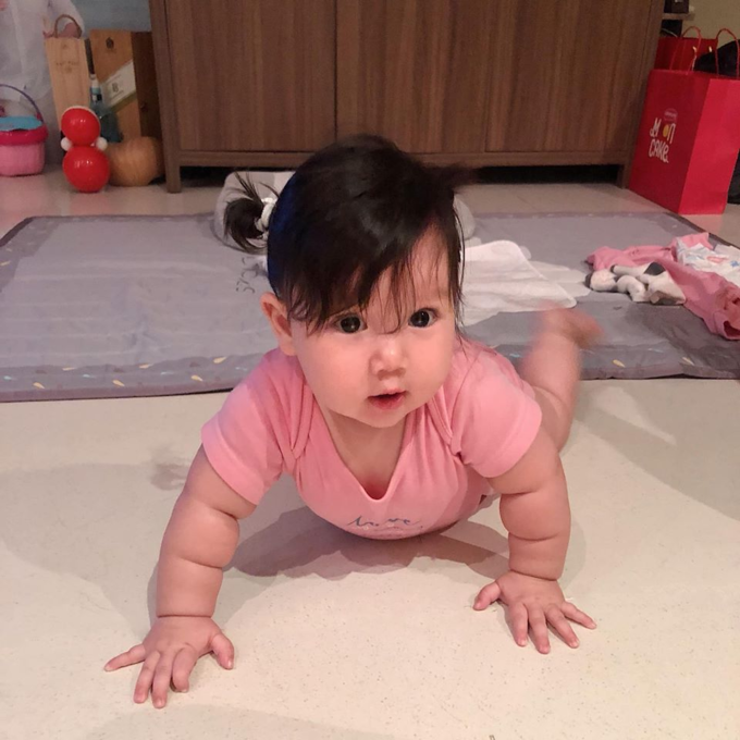 Bé Myla - con gái siêu mẫu Hà Anh - ra dáng con gái vì được mẹ cột tóc.