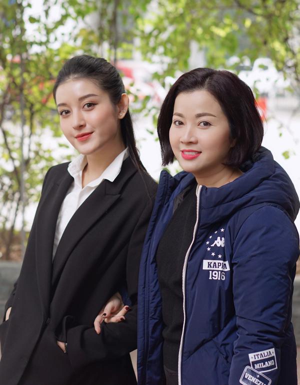 Mẹ ruột của Á hậu luôn ở bên con gái từ khi cô đăng quang Á hậu Việt Nam 2014 và bước chân vào showbiz.