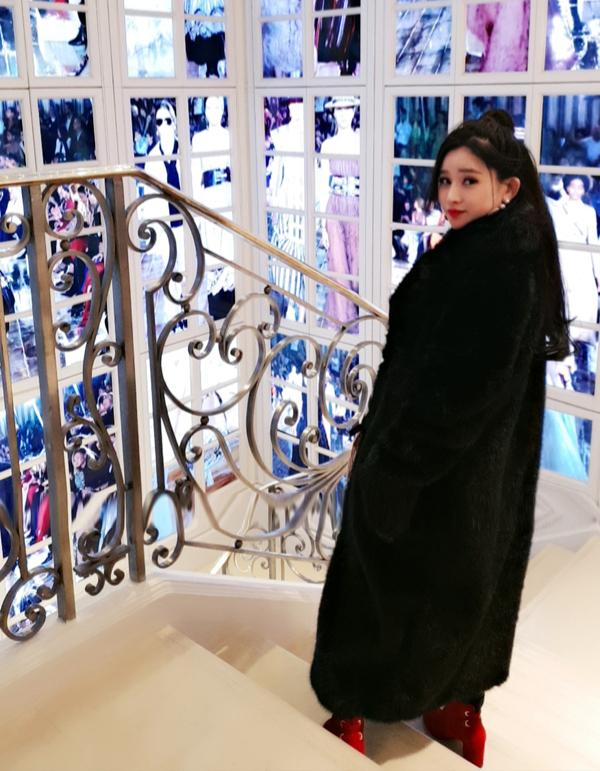 Tại đây người đẹp mua sắm rất nhiều mỹ phẩm, phụ kiện hàng hiệu, trong đó có một chiếc túi xách trị giá 72 triệu đồng.