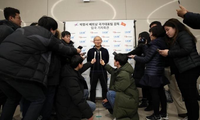 HLV Park trả lời phỏng vấn ngay tại sân bay. Ảnh: Yonhap.