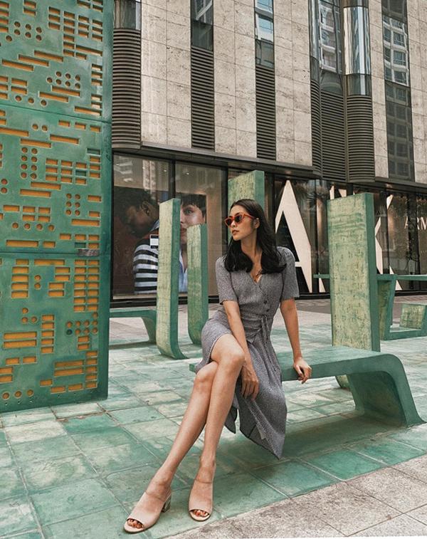 Khi mặc váy tông xám, Tăng Thanh Hà hoàn thiện set đồ bằng cáchchọn dépmules hở gót màu nude để khiếnđôi chân dài thon gọn và kính tông màu hợp mốt.