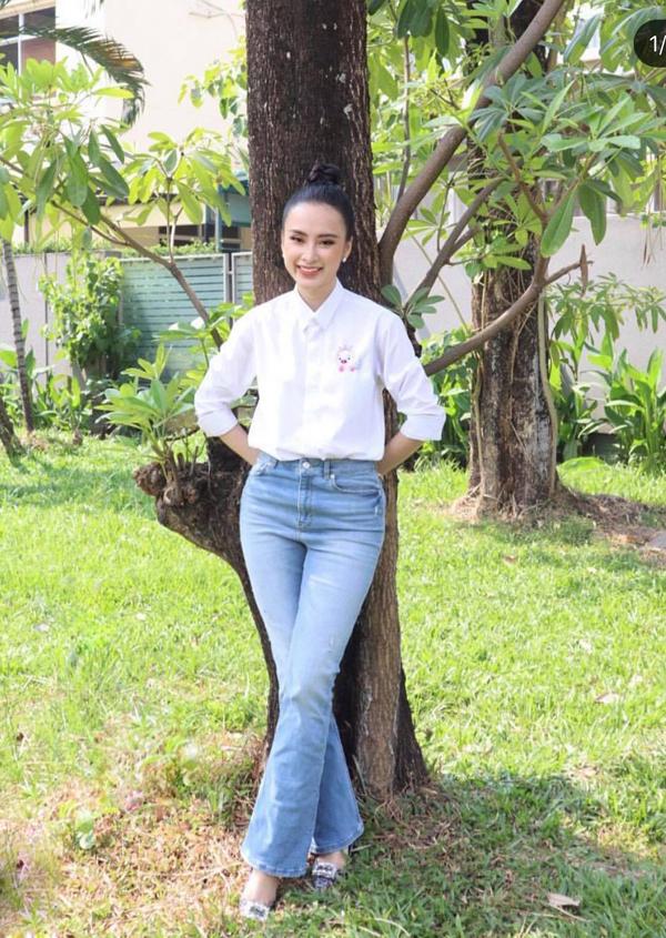 Ngày cuối năm thường tất bật vì thế sao nhà ta thường chọn các trang phục kiểu dáng đơn giản và tiện lợi để sử dụng. Angela Phương Trinh mix áo trắng thêu chú lợn hồng cùng quần jeans cổ điển.