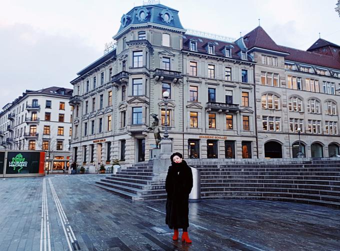 [Caption] Trong các nước có thể nói đất nước mà em thích nhất là Thụy Sĩ Zurich một thành phố đắt đỏ nhưng rất yên bình, văn minh, con người quy tắc nhưng rất thân thiện và thật thà,  ở đây không có các tại nạn móc túi, giật đồ như ở Paris hay ý. Đúng là thật xứng đáng là một đất nước đáng sống trên thế giới