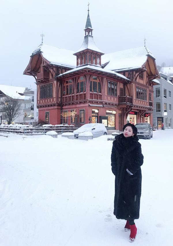 Do sống ở Sài Gòn quanh năm ấm áp nên Ivy rất hào hứng khi códịp trải nghiệm mùa đông lạnh giá, tuyết trắng phủ đầy đường ở Thụy Sĩ. Tổng cộng, Ivy đã chi cho ăn ở, khách sạn, đi lại và mua sắm trong 3 tuần ở châu Âu là gần 500 triệu đồng.