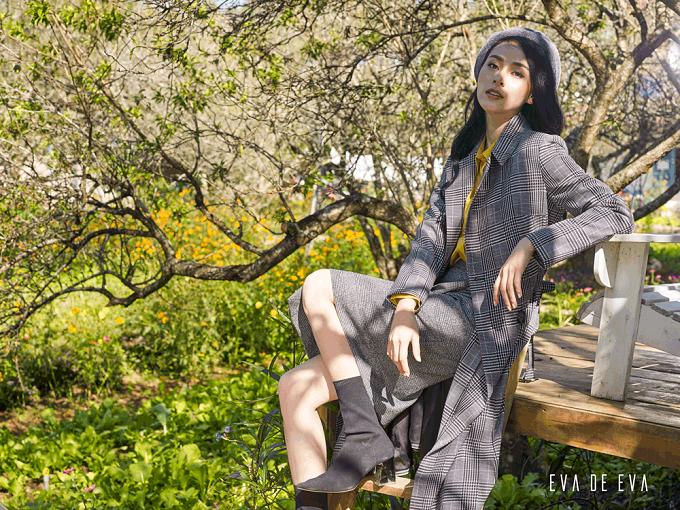 Vào Xuân, trời ẩm nhưng không quá lạnh giúp nàng dễ dàng mặc đẹp với phong cách layering (kết hợp nhiều lớp trang phục). Yêu thích vẻ đẹp truyền thống, nhẹ nhàngnàng có thể chọn bộ đầm ngắn tay và khoác ngoài áo cardigan dáng lửng. Với nàng cá tính, hãy kết hợp jeans với sơ mi và khoác áo choàng dài chất liệu mỏng.