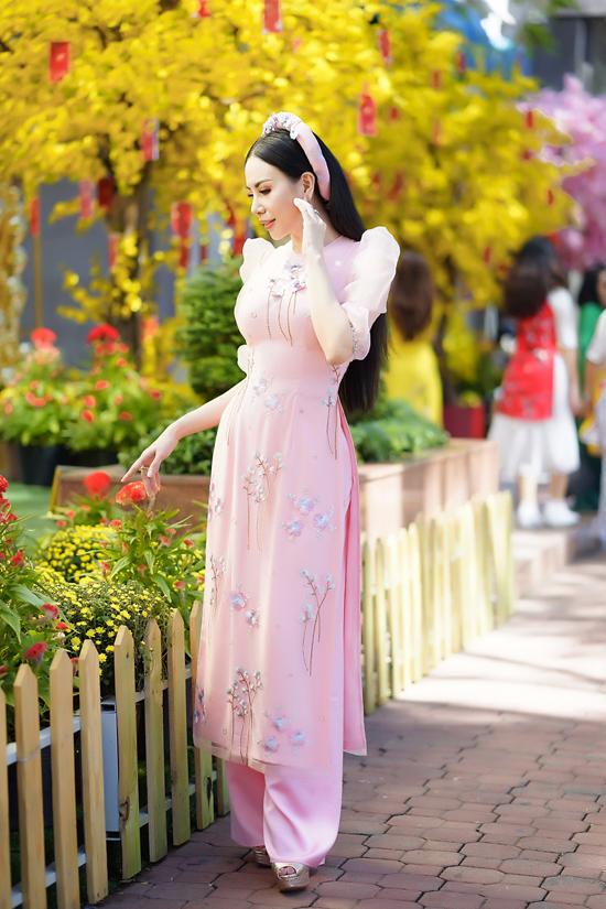 Bên cạnh hai tông màu đậm chất Á Đông, sắc hồng dịu dàng và nữ tính cũng được lòng phái đẹp. Bởi đây là tông màu ngọt ngào, dễ tôn da và mang lại sử trẻ trung cho phái đẹp.