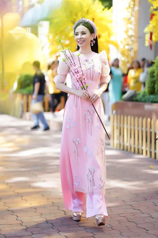 Trên những tông màu ăn khách vào dịp Tết, nhà thiết kế Ngô Nhật Huy đã sử dụng các chất liệu lụa in phong cảnh phố cổ, họa tiết thêu, đính kết để mang lại sức hấp dẫn cho tà áo dài Việt.