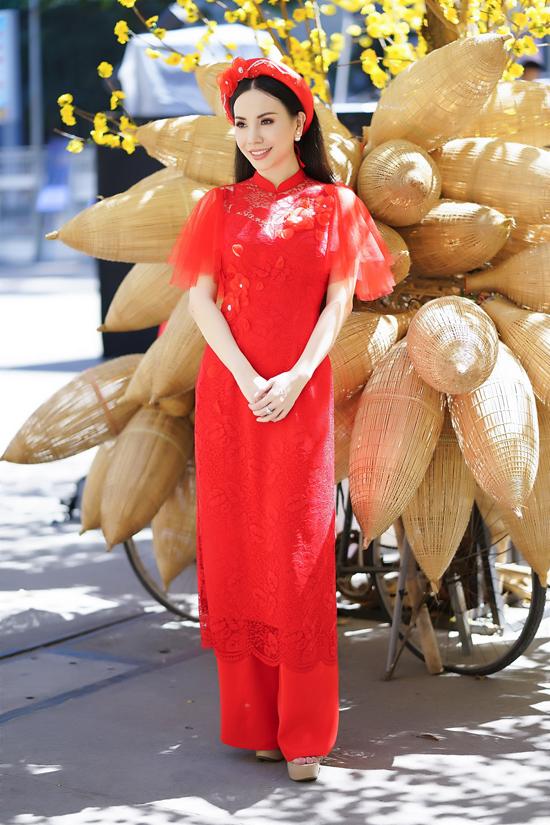 Trước nhiều trào lưu về họa tiết, hoa văn hợp mốt áo dài đỏ tươi vẫn giữ được vị trí riêng. Ngoài ý nghĩa hàm chứa trong màu sắc, áo dài đỏ luôn khiến người mặc trở nên nổi bật.