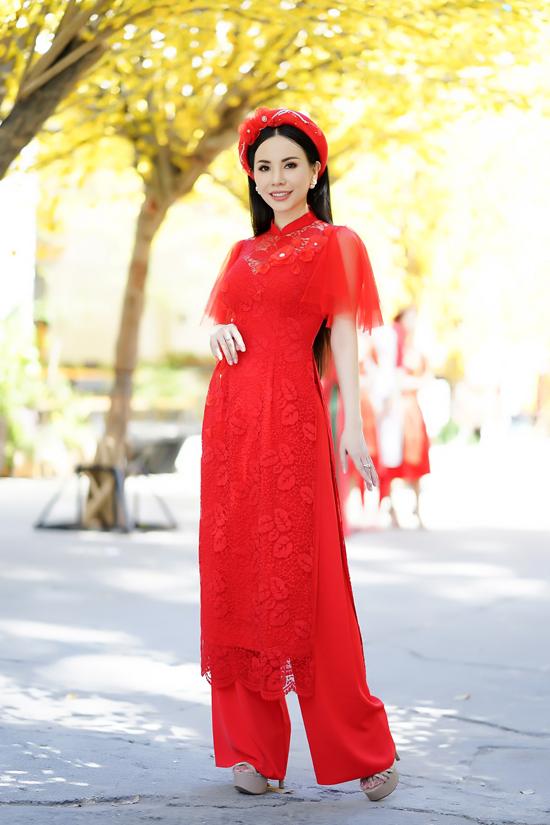 Ngoài các kiểu áo mang đặc trưng vẻ đẹp truyền thống, các nhà mốt Thiết kế tay bồng, xòe và phần tà áo có độ baynhất định tăng thêm phần thanh thoát và nữ tính cho người mặc.