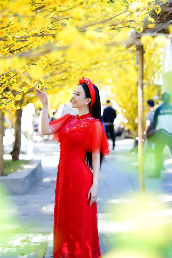 Áo dài cách tân pha trộn giữa nét đẹp cổ truyền và hơi thở truyền thống thường được phái đẹp Sài Gòn yêu thích khi đi chụp ảnh Tết.