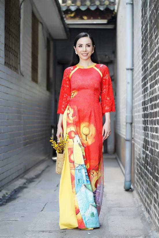 Sắc đỏ khi được đưa vào trang phục truyền thống luôn tạo nên sự nền nã, cuốn hút và đậm chất Việt cho các bạn gái trong dịp xuân về.