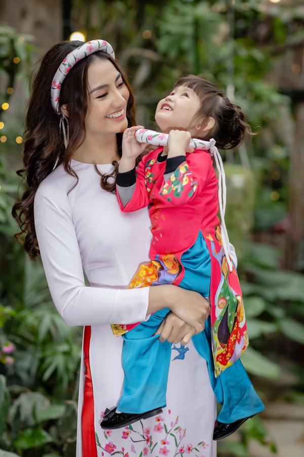 Quyết định làm mẹ đơn thân, nữ người mẫu gặp nhiều áp lực, khó khăn cả về tinh thần và cuộc sống vật chất. Tuy nhiên cô cảm thấy may mắn bởi luôn có gia đình san sẻ, yêu thương hai mẹ con cô.
