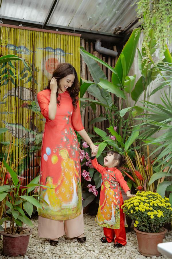 Hai mẹ con Hồng Quế cùng diện áo dài đôi do Ngọc Hân thiết kế. Những trang phục được Hoa hậu Việt Nam 2010 may riêng và tặng cho hai mẹ con nữ người mẫu.