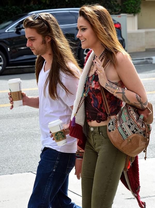 Bạn trai Paris là Gabriel Glenn ra phố cùng cô.