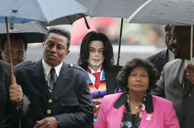Trong khi đó những ngày này, bộ phim Leaving Neverland vẫn chưa hết dư chấn. Rất nhiều bài báo viết về nó khiến gia đình Jackson phải lên tiếng phản hồi. Trong thông cáo gửi cho báo chí, đại diện của gia đình khẳng định những lời buộc tội của hai nhân chứng trong bộ phim là hoàn toàn bịa đặt, hòng bôi nhọ danh tiếng của ngôi sao nhạc pop quá cố. Trước đây hai người này cũng đã đệ đơn kiện Michael nhưng bị tòa án bác bỏ.