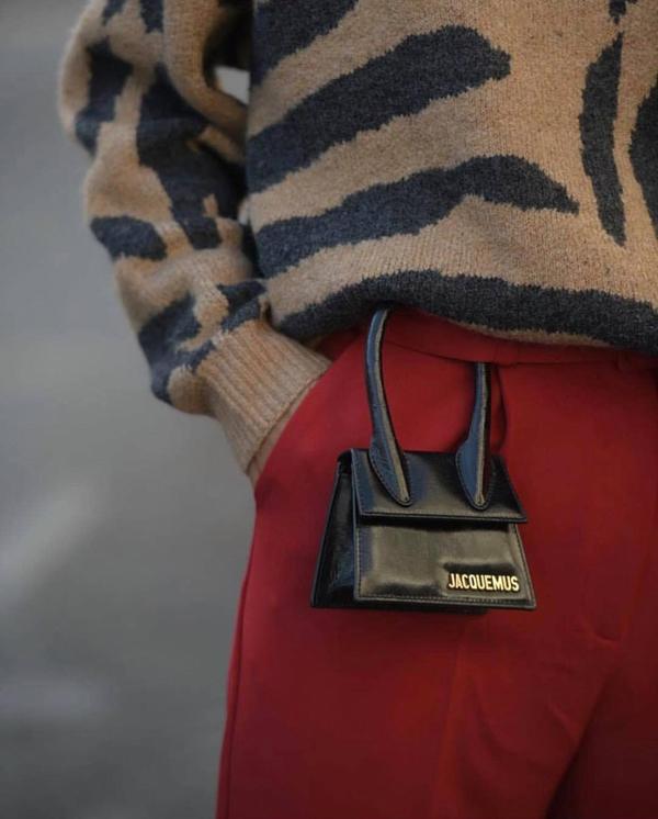 Túi mini bé xinh vẫn là dòng sản phẩm ăn khách ở mùa mốt năm nay. Với kích thước nhỏ nhắn chỉ đựng đủ thẻ ATM và thỏi son môi, nhưng chúng mại khiến hình ảnh của phái đẹp trở nên trẻ trung, đáng yêu hơn.