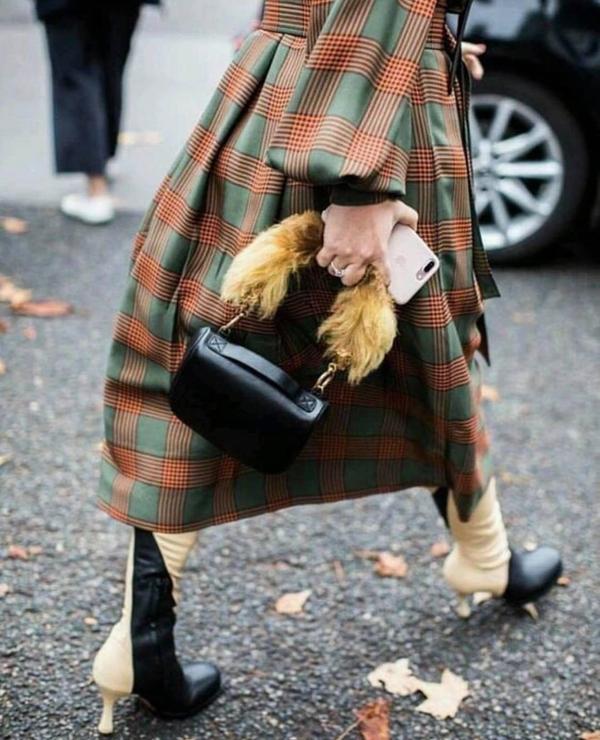 Túi xách tay, túi đeo chéo da được trang trí lông thú ấm áp là sản phẩm phái đẹp ở xứ lạnh nên có. Nó tạo nên cảm giác ấm áp và giúp người sử dụng có được sự sang chảnh khi xuống phố.