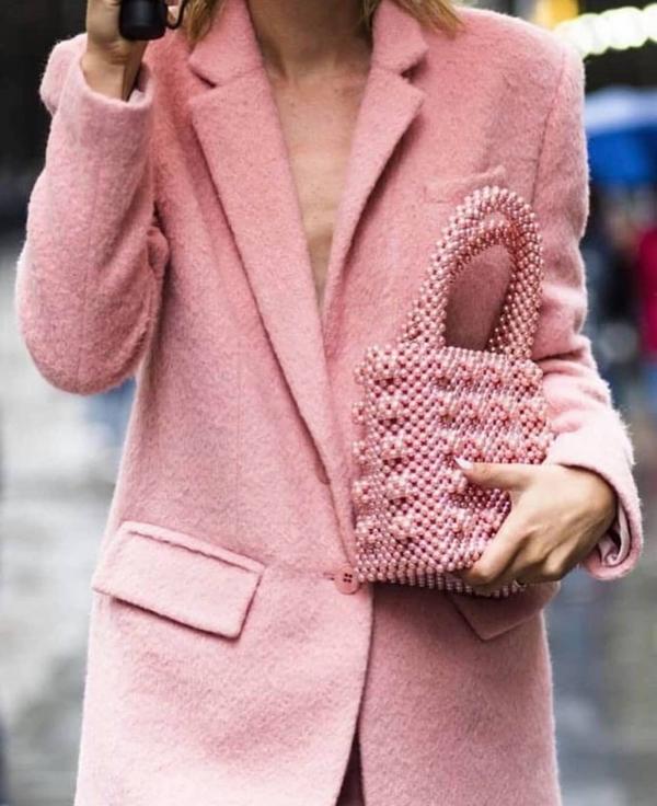 Ở mùa hè 2018, các mẫu túi kết hạt thủ công thực sự tạo nên cơn sốt. Bước vào mùa thời trang mới, chúng vẫn là thứ được nhiều tín đồ thời trang săn lùng.