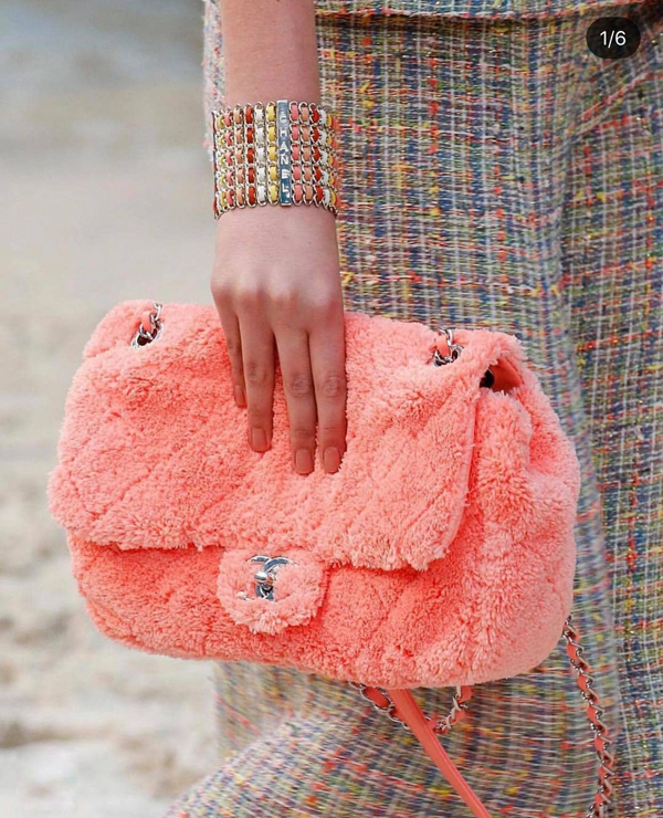 Clutch, túi xách được làm từ lông thú và lông nhân tạo là các sản phẩm dành riêng cho các bạn gái đón xuân ở xứ lạnh.