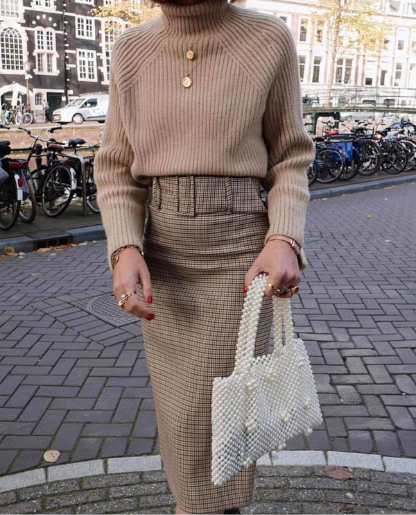 Túi xách kết cườm được thể hiện trên nhiều phom dáng khác nhau. Từ đó phái đẹp có thêm nhiều lựa chọn mẫu túi phù hợp với phong cách và trang phục mình yêu thích.
