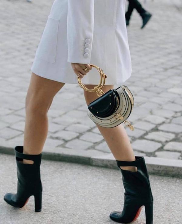 Những túi bán nguyệt của Chloe vẫn tiếp tục đốn tim phái đẹp. Từ kiểu quai túi thiết kế độc đáo đã tạo nên mẫu phụ kiện làm tăng nét cá tính, trẻ trung cho phái đẹp.
