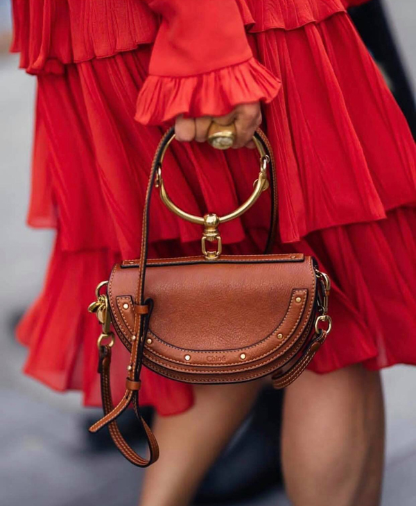 Những mẫu túi cỡ trung, kiểu dáng ấn tượng là sản phẩm phù hợp với set đồ rực rỡ sắc màu khi xuống phố du xuân.