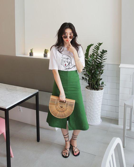 Thay vì chọn các kiểu váy áo điệu đà, các nàng công sở nên chọn áo thun basic, chân váy đơn sắc để mix đồ khi đi làm.