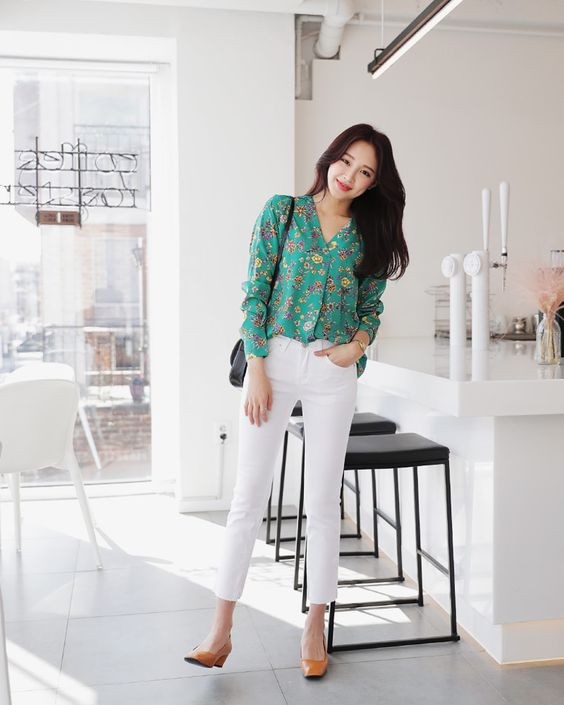 Dù tất bật đến mấy, chị em văn phòng cũng không thể để hình ảnh của mình trở nên kém xinh trong các bộ cánh lôi thôi. Chọn các kiểu sơ mi, áo blouse màu xanh tươi tắn là bí quyết để tạo nên sự trẻ trung.