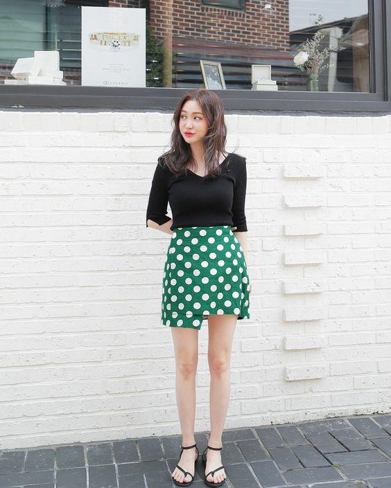 Ngoài quần jeans, phái đẹp còn có thể chọn các kiểu chân váy sexy để phối cùng các mẫu áo thun, áo dệt kim phom dáng cơ bản.