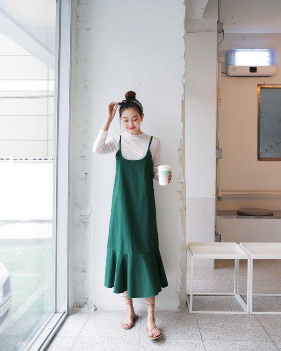 Váy hai dây mix cùng áo thun vẫn còn được ưa chuộng. Phối cùng trang phục mang tính giải phóng hình thể cao, các bạn gái có thể lựa chọn các kiểu sandal nhẹ nhàng.