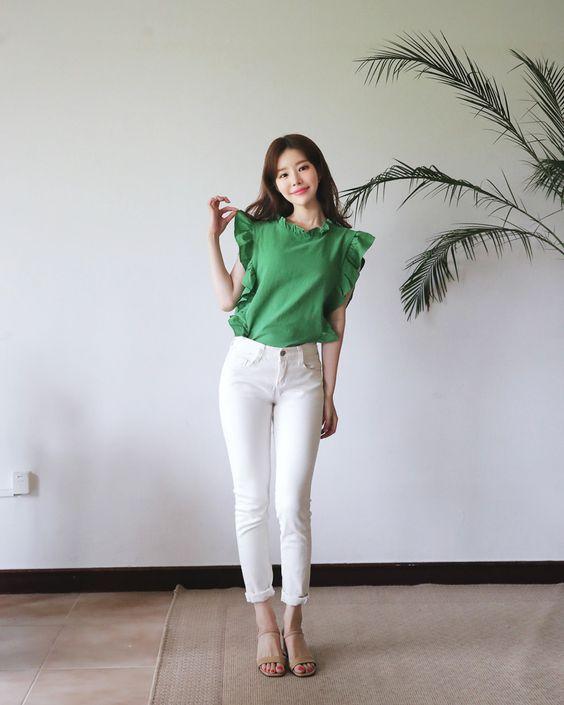 Áo trang trí bèo nhún xinh xắn mix cùng quần jeans xắn gấu. Bộ trang phục sẽ giúp các bạn gái có làn da sáng tôn lợi thế của mình.