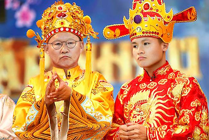 Bộ ảnh do Linh Trần (nickname Lou Lou) - một CĐV cuồng nhiệt của bóng đá Việt Nam tung lên mạng xã hội. HLV Park Hang-seo làm Ngọc Hoàng còn Quang Hải vào vai Nam Tào.