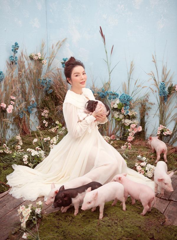 Lý Nhã Kỳ bất chợt nảy ra ý tưởng chụp ảnh với những chú heo - con giáp của năm 2019. Cô thuê một đàn heo thật 10 con diễn cùng mình.