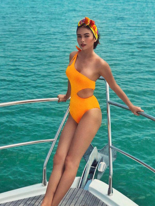 Mâu Thủy diện áo tắm ngồi du thuyền đi ngắm biển Phuket, Thái Lan tràn ngập nắng, gió.