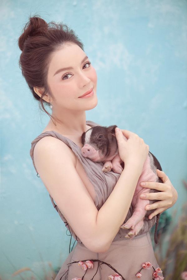 Cô bất ngờ vì con vật tỏ ra dễ chịu khi được người đẹp ôm vào lòng.