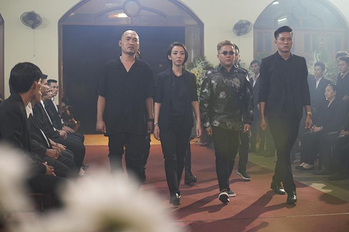 Thu Trang vào vai chị Mười Ba cực ngầu, ông xã Tiến Luật của cô(bìa trái) đóng một vai đàn em của chị Mười Ba.