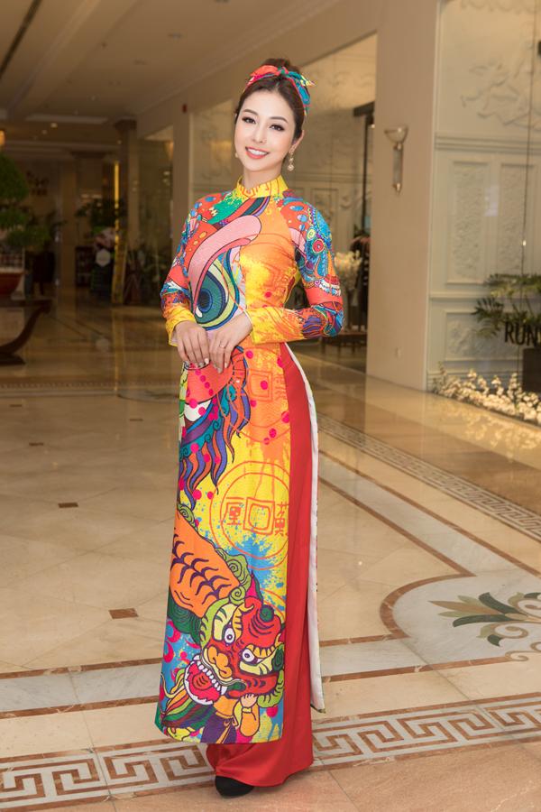Jennifer Phạm chọn táo in hoa văn rực rỡ để chưng diện trong những ngày đầu năm 2019. Hình ảnh lân sư rồng đậm nét văn hóa lễ hội Á Đông được thể hiện sống động trên tà áo dài.