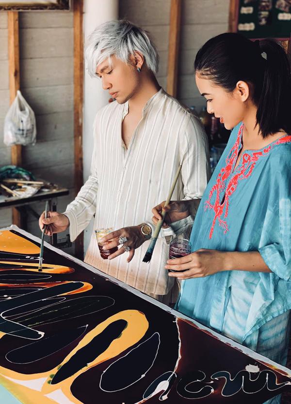 Nhà thiết kế Lý Quí Khánh đi cùng Á hậu Hoàn vũ Việt Nam. Anh muốn tìm cảm hứng nghệ thuật để ra mắt các tác phẩm mới trong năm 2019.