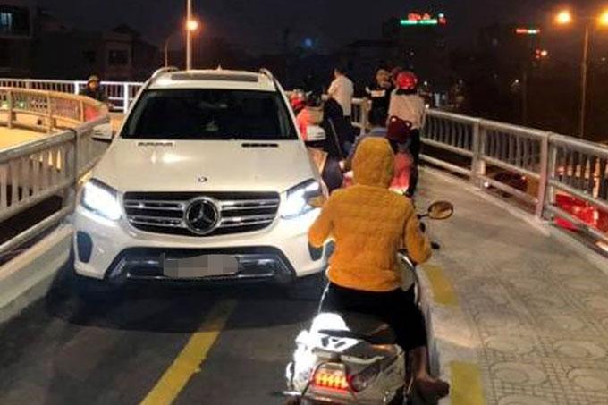 Chiếc xe tài xế đi vào cầu vượt cho xe máy và người đi bộ. Ảnh: Xuân Quỳnh