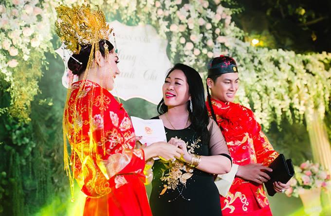Mẹ chồng cô từng gây bất ngờ khi lên sân khấu tặng sổ đỏ 419 m2 đất cho con dâu trong tiệc kỷ niệm một năm ngày cưới của con trai.