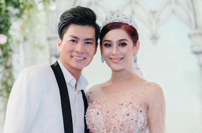 Vợ chồng Lâm Khánh Chi trong tiệc kỷ niệm một năm ngày cưới tại TP HCM, hồi tháng 1.