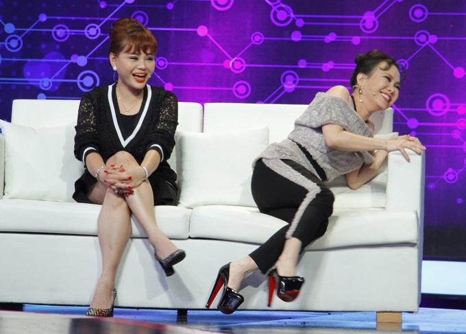 Danh hài Việt Hương (phải) xuất hiện cùng phiên bản màu đen của mẫu giày này trong tập 15 chương trình Tần số tình yêu.