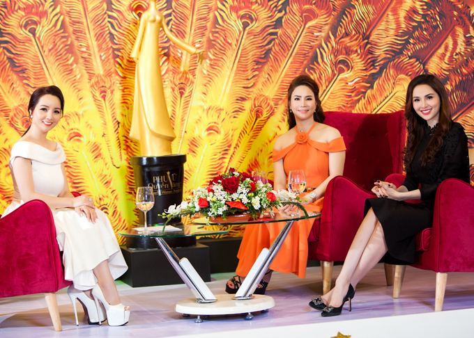 Hội ngộ Hoa hậu Diễm Hương ở chương trình Phụ nữ quyền năng, MC Mai Thu Huyền (trái) không quên mang giày đế khủng nhằm tránh bị chênh lệch chiều cao.