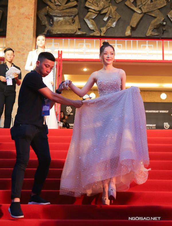 Tháng 7/2018, Chi Pu cũng mang giày cao tương đương và được nhân viên ban tổ chức hỗ trợ từ hậu trường ra thảm đỏ chào khán giả.