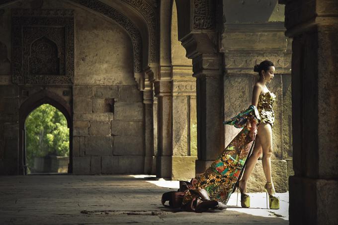 Cạnh tranh ngôi vô địch đi giày cao trong showbiz Việt với Angela Phương Trinh là Lưu Hương Giang. Nữ ca sĩ sử dụng mẫu phụ kiện lênh khênh trong MV Đừng buông tay để hoàn thiện phong cách độc lạ.
