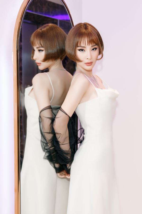 Angela Phương Trinh sinh năm 1995, nổi tiếng từ bé với vai bà mẹ nhí trong phim Mùi ngò gai.