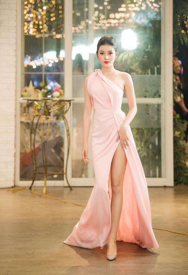 Huyền My sinh năm 1995, làÁ hậu 1 Hoa hậu Việt Nam 2014. Sau khi đăng quang, cô chú ý xây dựng hình ảnh và trở thành gương mặt đắt show event của khu vực phía Bắc. Năm 2017, Huyền My đại diện Việt Nam tham dự Hoa hậu Hòa bình Quốc tế 2017 và lọt vào top 10 chung cuộc. Năm vừa qua, cô thử sức với lĩnh vực điện ảnh với vai đầu tay trong phim Bridge of clouds.
