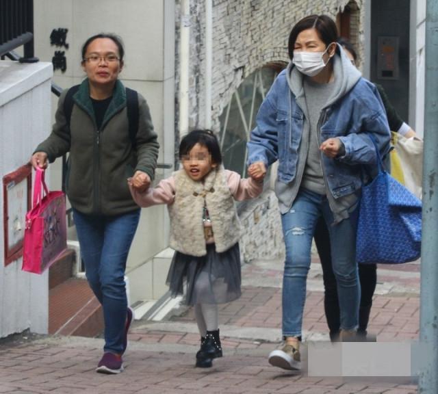 Paparazzi ghi lại hình ảnh mẹ đẻ Lưu Khải Uy cùng một người giúp việc đưa bé Tiểu Gạo Nếp đến một tòa nhà ở khu Central. Con gái Dương Mịch trông hớn hở vui mừng trong vòng tay người thân, bé nói cười líu lo, tâm trạng rất thích thú.