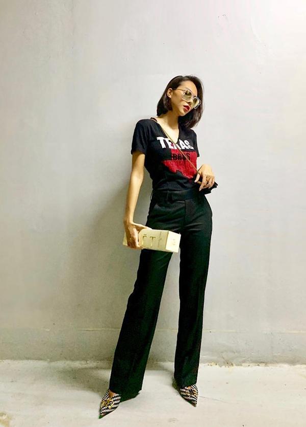 Minh Triệu khai thác vẻ đẹp của đôi chân dài khi chọn mẫu quần suông, ống đứng để mix cùng áo thun họa tiết trẻ trung.