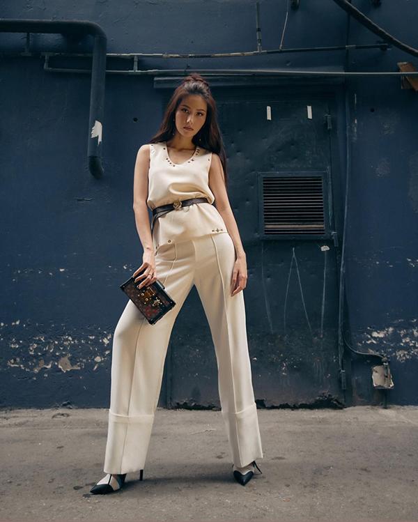Khi diện trang phục quần ống rộng đồng điệu sắc trắng với áo sát nách, Diễm My 9x chọn thêm clutch của Loui Vuitton, thắt lưng Gucci để tạo điểm nhấn.